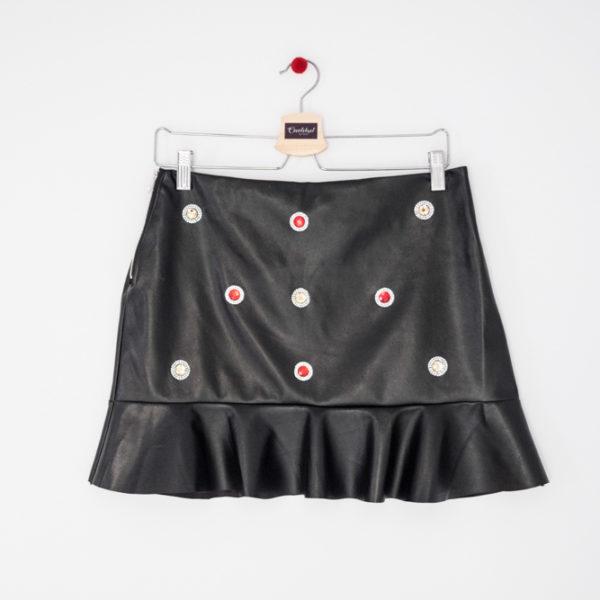 falda efecto piel y tachuelas