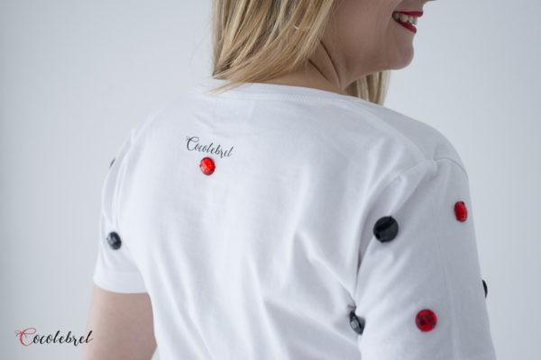 Camiseta con lunares rojos y negros